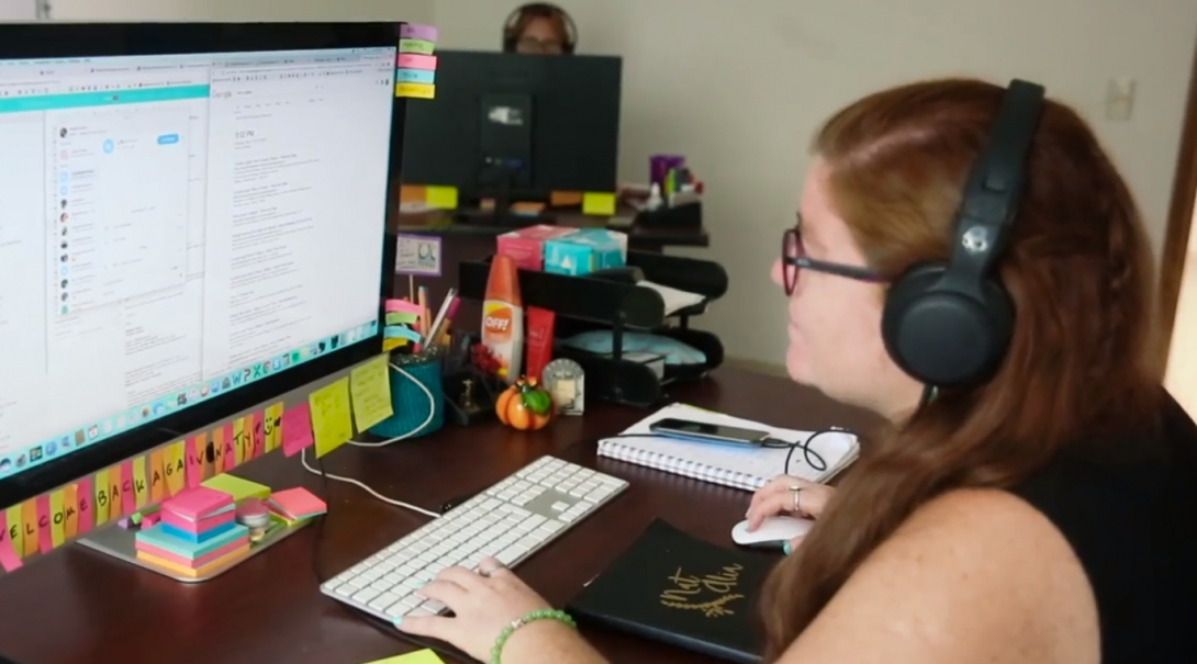 Personal de Projects Abroad preparando a un voluntario de 17 años para su viaje.